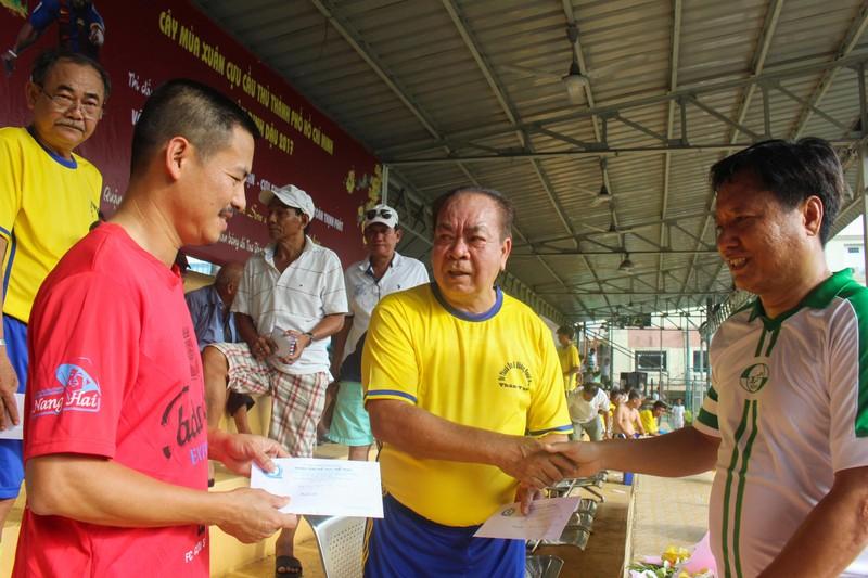 Võ Thành Sơn và NSND Việt Anh lo tết cho cựu tuyển thủ nghèo - ảnh 1