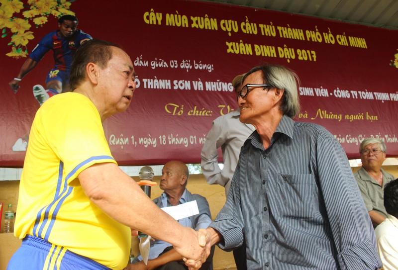 Võ Thành Sơn và NSND Việt Anh lo tết cho cựu tuyển thủ nghèo - ảnh 3