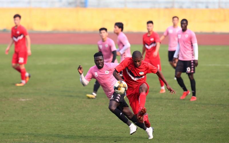 Dàn tuyển thủ Việt Nam giao đấu trên sân Hàng Đẫy - ảnh 10