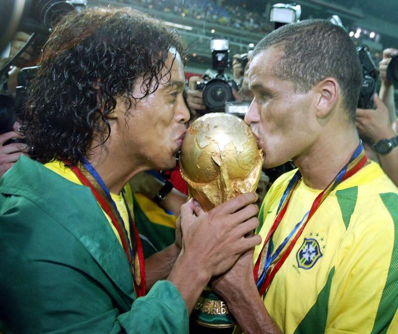 Ronaldinho ghi 5 bàn giúp bạn tù vô địch, nhận thưởng heo sữa  - ảnh 3