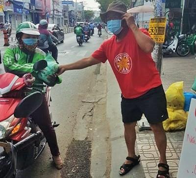 Bao gạo nghĩa tình của anh em CĐV Việt Nam tặng bà con nghèo  - ảnh 4