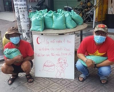Bao gạo nghĩa tình của anh em CĐV Việt Nam tặng bà con nghèo  - ảnh 6