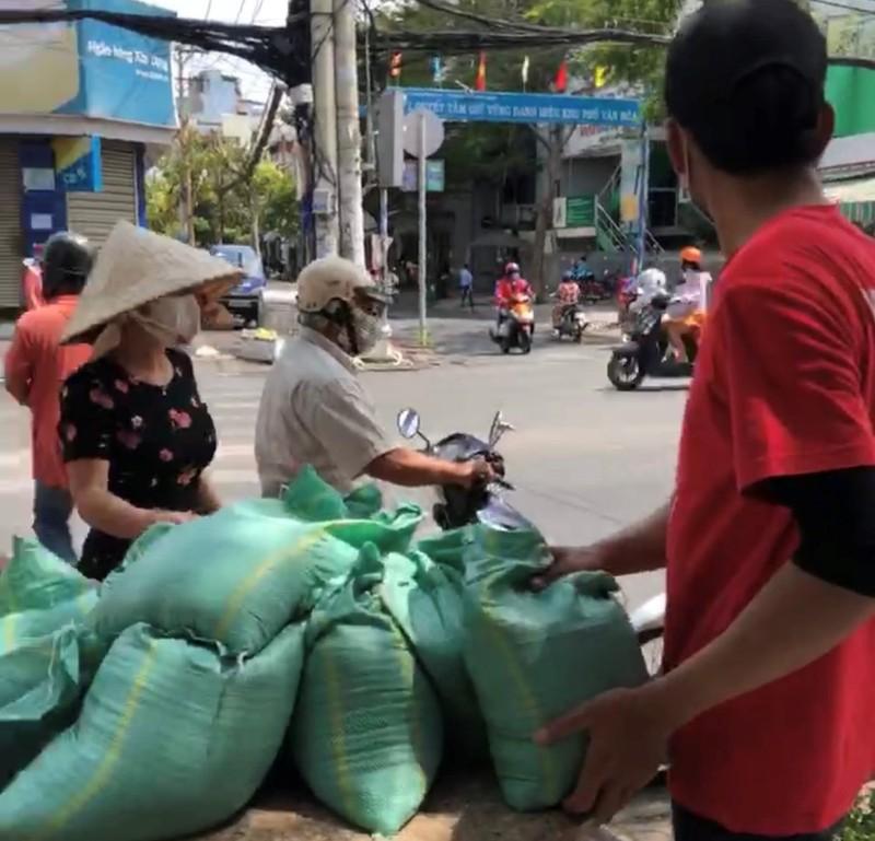 Bao gạo nghĩa tình của anh em CĐV Việt Nam tặng bà con nghèo  - ảnh 8