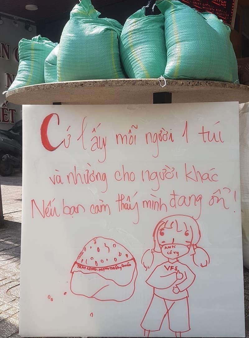 Bao gạo nghĩa tình của anh em CĐV Việt Nam tặng bà con nghèo  - ảnh 1