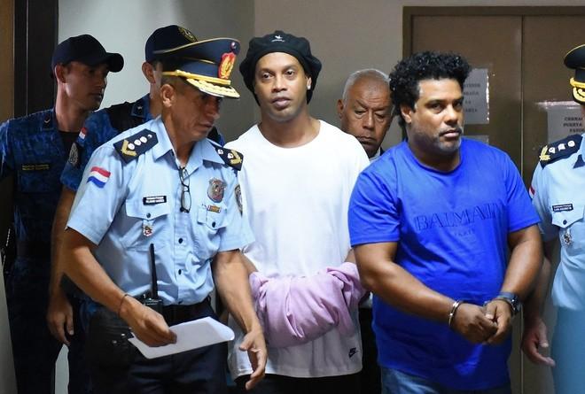 Ronaldinho rời nhà tù và bị nhốt trong khách sạn sang trọng - ảnh 1