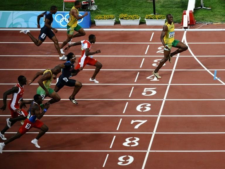 Clip: 'Tia chớp đen' Usain Bolt gây sốc thời giãn cách xã hội - ảnh 1