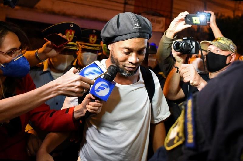 Cuộc sống của Ronaldinho trong khách sạn tạm giam  - ảnh 1