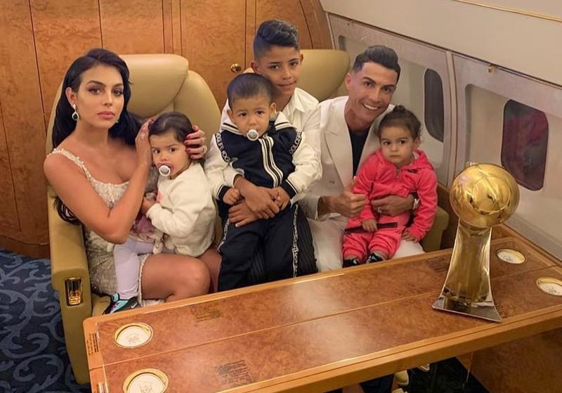 Ronaldo đưa bạn gái trở lại Ý trên máy bay riêng 20 triệu bảng - ảnh 1