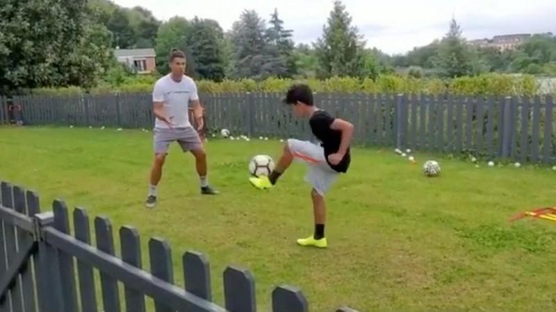 Clip: Ronaldo chơi bóng cùng con trai khi bị cách ly 14 ngày - ảnh 1