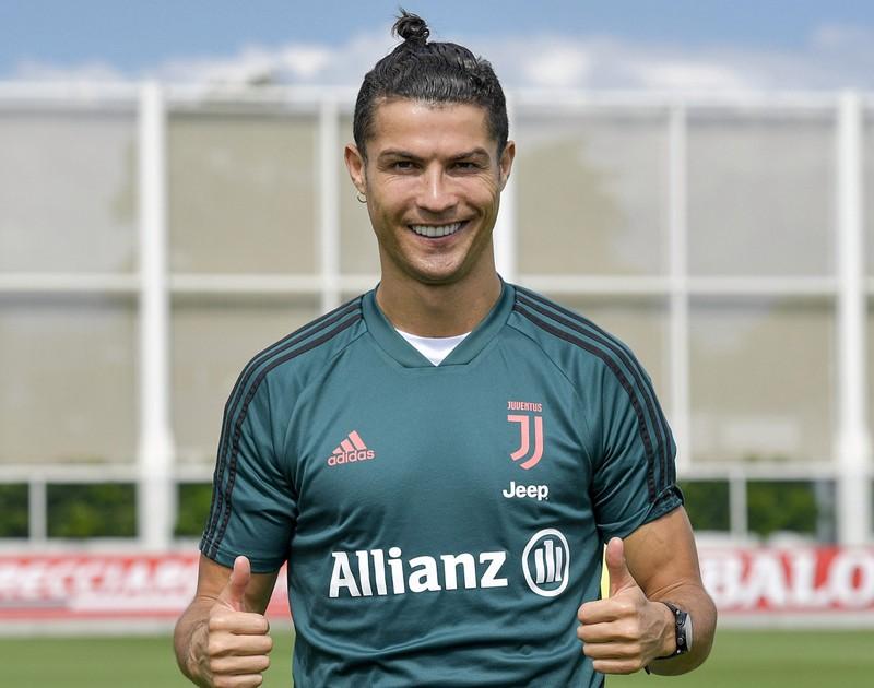Bạn gái bốc lửa làm tóc cho Ronaldo trở lại sân tập - ảnh 2