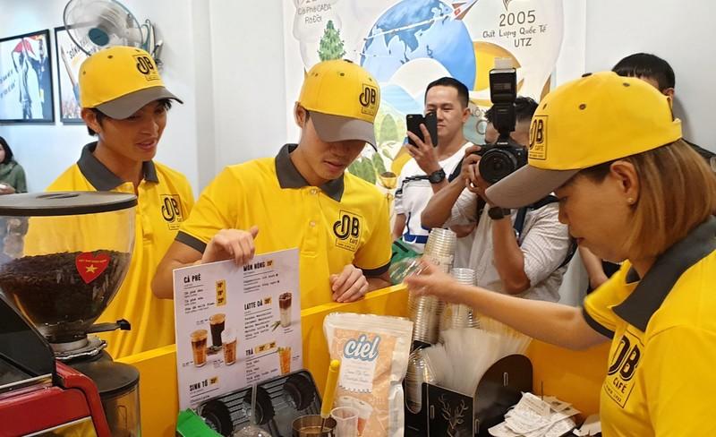 Thủ môn Kiều Trinh bán cà phê Ông Bầu nuôi... bóng đá - ảnh 2