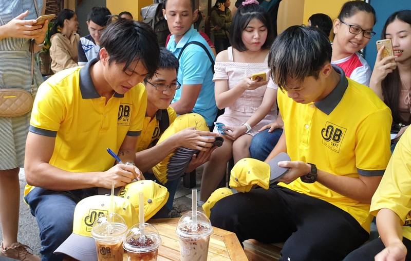 Thủ môn Kiều Trinh bán cà phê Ông Bầu nuôi... bóng đá - ảnh 8