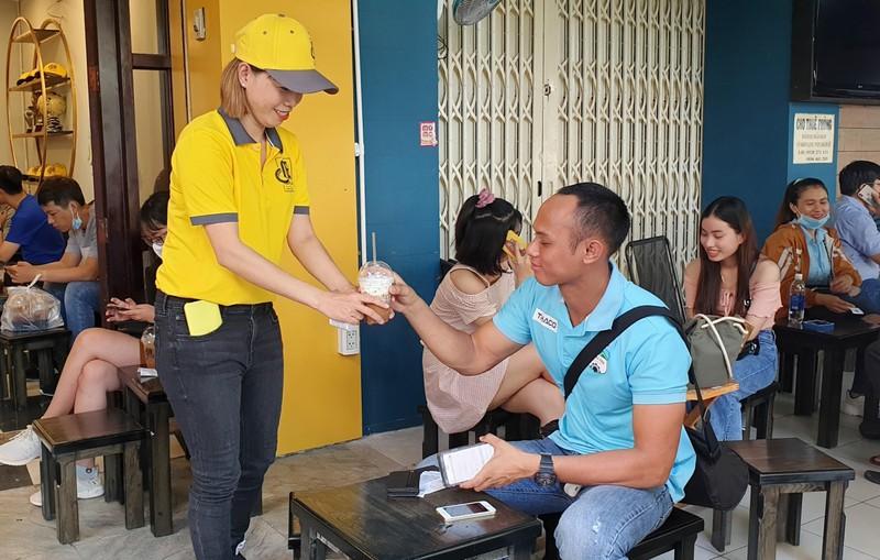 Thủ môn Kiều Trinh bán cà phê Ông Bầu nuôi... bóng đá - ảnh 11