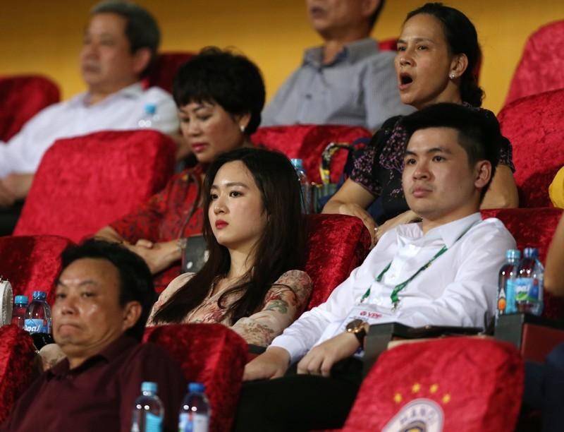 Bạn gái Quang Hải và Văn Hậu khoe sắc trong trận Hà Nội thua - ảnh 13