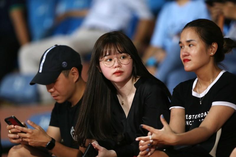 Bạn gái Quang Hải và Văn Hậu khoe sắc trong trận Hà Nội thua - ảnh 11