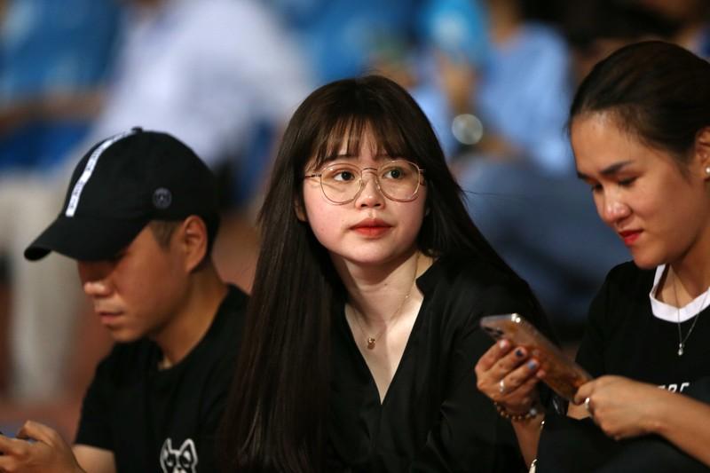 Bạn gái Quang Hải và Văn Hậu khoe sắc trong trận Hà Nội thua - ảnh 3