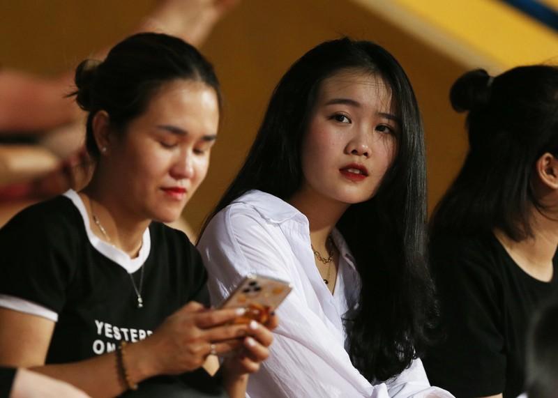 Bạn gái Quang Hải và Văn Hậu khoe sắc trong trận Hà Nội thua - ảnh 5