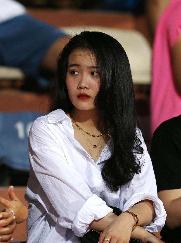 Bạn gái Quang Hải và Văn Hậu khoe sắc trong trận Hà Nội thua - ảnh 4