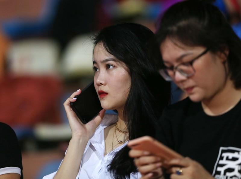Bạn gái Quang Hải và Văn Hậu khoe sắc trong trận Hà Nội thua - ảnh 6