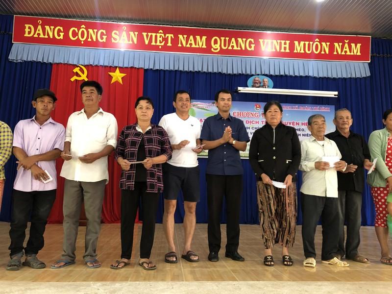 NSND Việt Anh và Hữu Nghị FC vui thiện nguyện ở Tây Ninh - ảnh 9