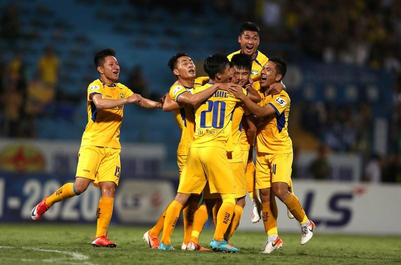 Cách ly một HLV, bốn đội đòi hủy V-League - ảnh 1