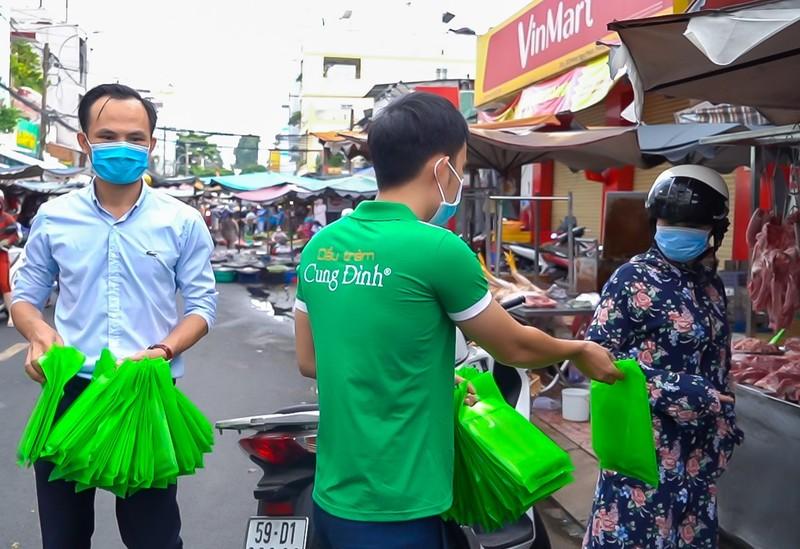 Dầu tràm Cung Đình và cầu thủ Đông Triều chung tay từ thiện    - ảnh 3