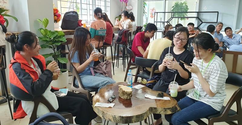 Sinh viên Văn Toàn, Tuấn Anh bán cà phê Ông Bầu cho sinh viên - ảnh 3
