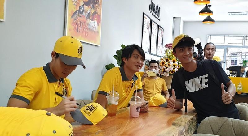 Sinh viên Văn Toàn, Tuấn Anh bán cà phê Ông Bầu cho sinh viên - ảnh 1