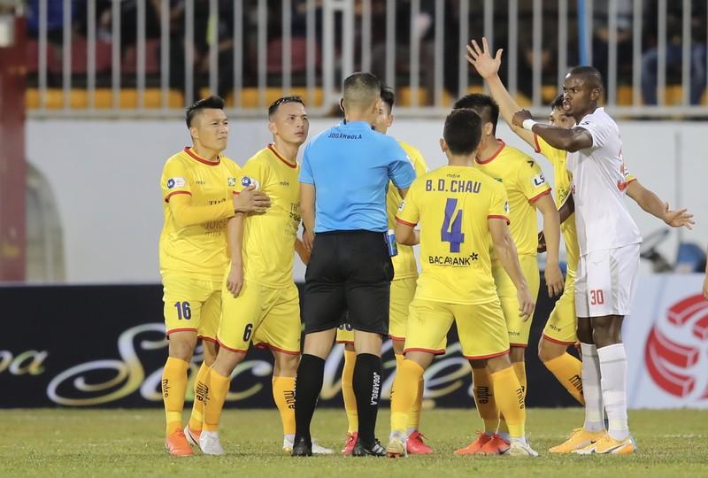Nóng: Tạm dừng V-League 2021 sau khi cách ly đội SL Nghệ An  - ảnh 1