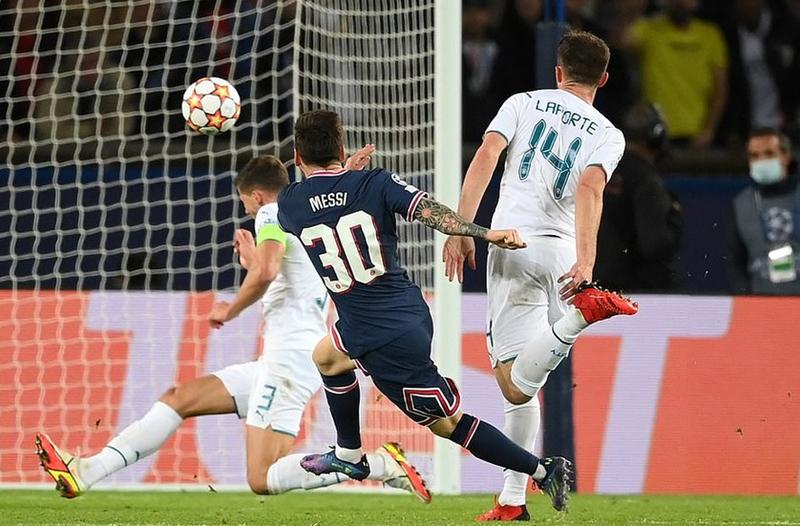 Lộ danh tính kẻ quyền lực yêu cầu Messi nằm dưới hàng rào - ảnh 2