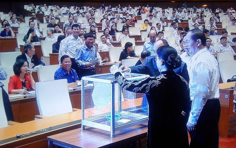 Bỏ phiếu kín miễn nhiệm hai thành viên Chính phủ - ảnh 5