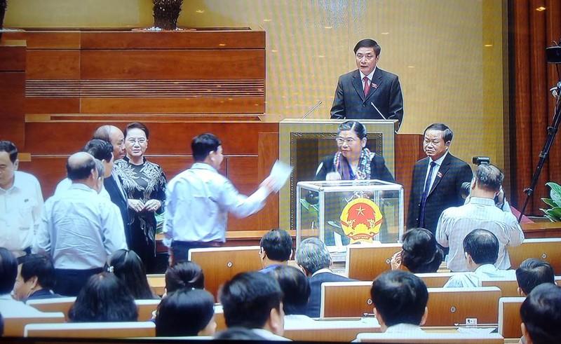 Bỏ phiếu kín miễn nhiệm hai thành viên Chính phủ - ảnh 6
