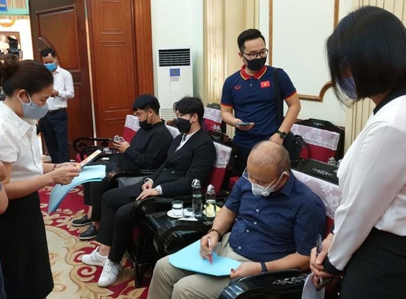 HLV Park Hang-seo ủng hộ 5.000 USD chống dịch COVID-19 - ảnh 2