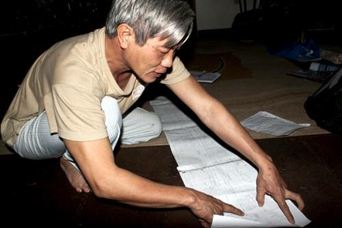 kiến trúc sư Nguyễn Quang Minh, nguyên phó Vụ trưởng Vụ Quy hoạch Kiến trúc (Bộ Xây dựng), người đã từng đạt giải thiết kế cải tạo kiến trúc nước Đức những năm 1987, đưa bản đồ chi tiết quy hoạch đường Trường Chinh mở rộng để phân tích việc nắn cong đường. Ảnh: Bá Đô