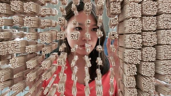 Ngỡ ngàng với chân dung Thành Long được làm từ 64.000 chiếc đũa - ảnh 4