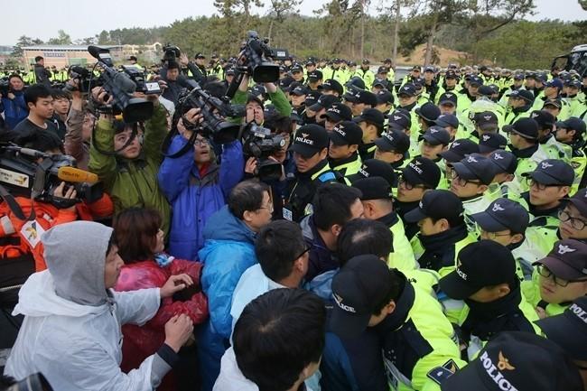 Thân nhân tàu Sewol giận giữ biểu tình, xô xát với cảnh sát - ảnh 2