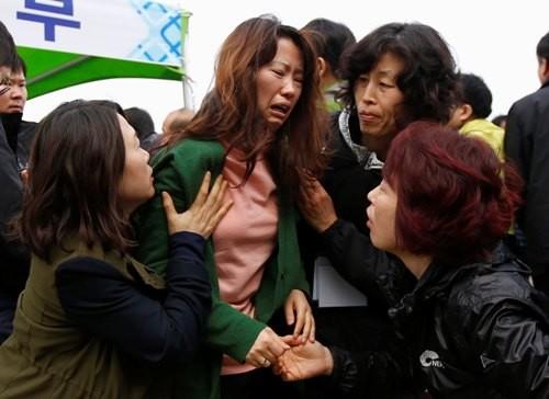 Thảm kịch chìm phà ở Hàn Quốc: Nhiều thân nhân hành khách mất tích muốn tự sát - ảnh 1