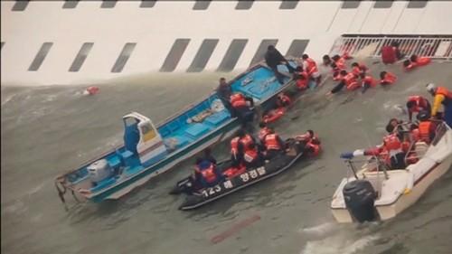 Vì sao hành khách không thể thoát thân bằng xuồng cứu sinh? - ảnh 2