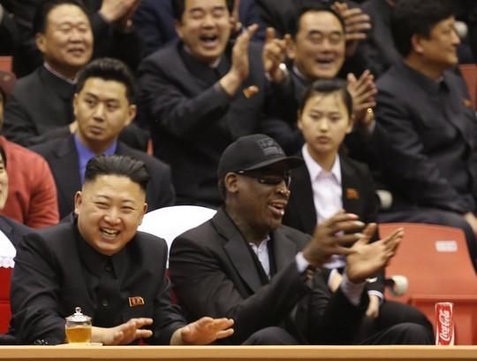 Dennis Rodman cùng lãnh đạo Kim Jong-un xem trận đấu bóng rổ tại Bình Nhưỡng ngày 28-3-2013. Ảnh: AP