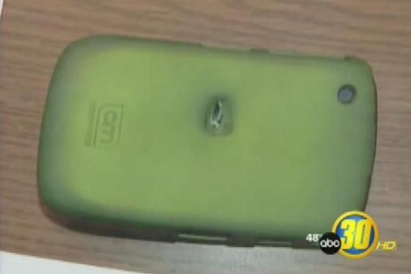 Hy hữu: những chiếc điện thoại đỡ đạn thay chủ nhân - ảnh 3