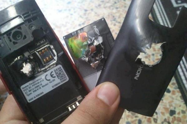 Hy hữu: những chiếc điện thoại đỡ đạn thay chủ nhân - ảnh 4