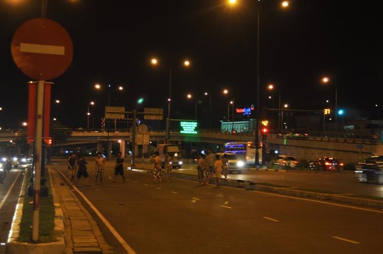 Chơi bóng trên đại lộ Võ Văn Kiệt - ảnh 1