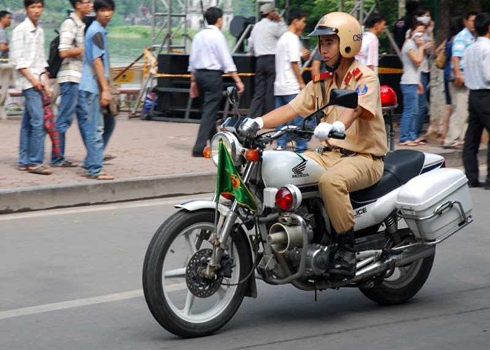 moto-bo-cau-honda-canh-sat-gia-8669-2595