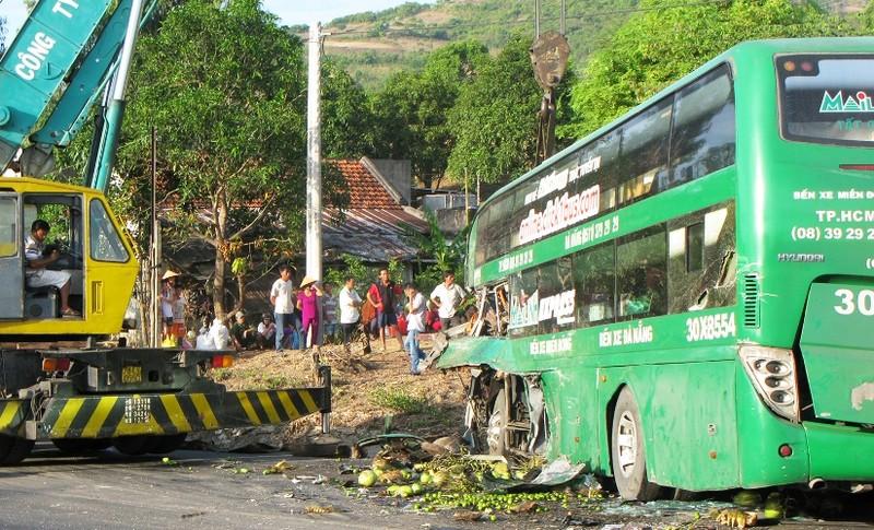Xe khách Mai Linh đổ đèo tông xe tải, 9 người thương vong - ảnh 1