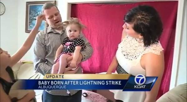 Bé gái có mái tóc dựng đứng do mẹ bị sét đánh lúc mang thai - ảnh 1