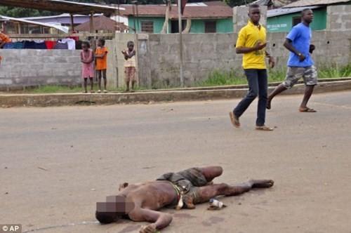 Nhiều thi thể người nhiễm bệnh Ebola bị vứt bỏ giữa đường - ảnh 1