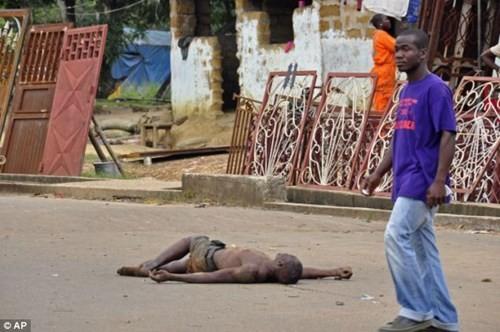 Nhiều thi thể người nhiễm bệnh Ebola bị vứt bỏ giữa đường - ảnh 2