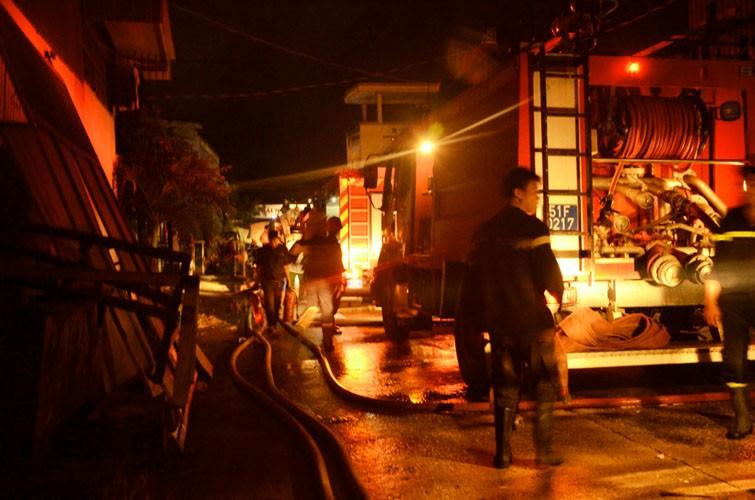 Bất lực nhìn lửa bao trùm công ty gỗ rộng hàng ngàn mét vuông - ảnh 2