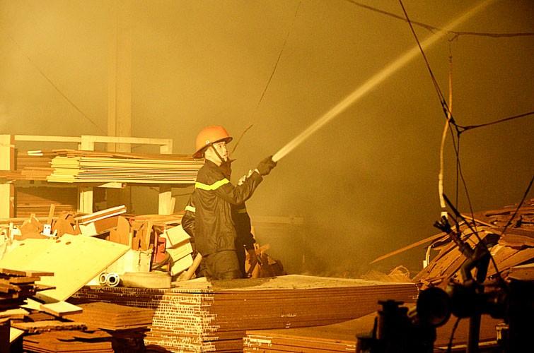 Bất lực nhìn lửa bao trùm công ty gỗ rộng hàng ngàn mét vuông - ảnh 3