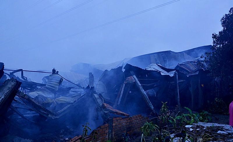Bất lực nhìn lửa bao trùm công ty gỗ rộng hàng ngàn mét vuông - ảnh 4